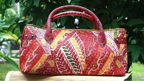 Tas batik murah dapat kita temui di kota gudeg Yogyakarta atau dikota batik  Pekalongan. Jika anda berada dikota tersebut maka akan mudah untuk  mendapatkan ... 9702d41744
